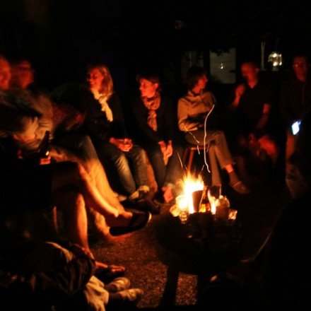 om het kampvuur focusweek zomervakantie vieren in de bergen in Oostenrijk hotel pension kindvriendelijk in de Berghut