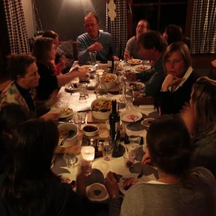 samen eten berghutbeleving Matratzenlager sloffen vertrouwen authentiek inspiratie bergbeleving ontmoeten bergen vakantieadresje in hotel pension de Berghut Rauris Oostenrijk