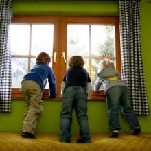 speelruimte op een kindvriendelijk vakantieadresje met kleine kinderen kinderopvang Jonge Gezinnenweek wintersport in de Berghut Rauris Oostenrijk sneeuw