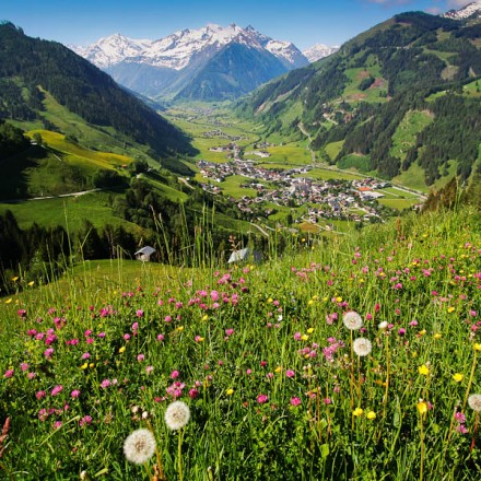 overzicht dal Rauris Salzburgerland Oostenrijk Zell am See dorp Hohe Tauern bergen vakantieadresje in hotel pension de Berghut Rauris Oostenrijk