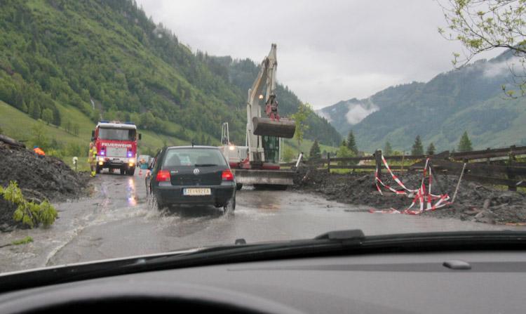 modderstroom over de weg bij Rauris