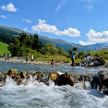 de Berghut.com kinder spelen bij een bergbeek zomervakantie Oostenrijk