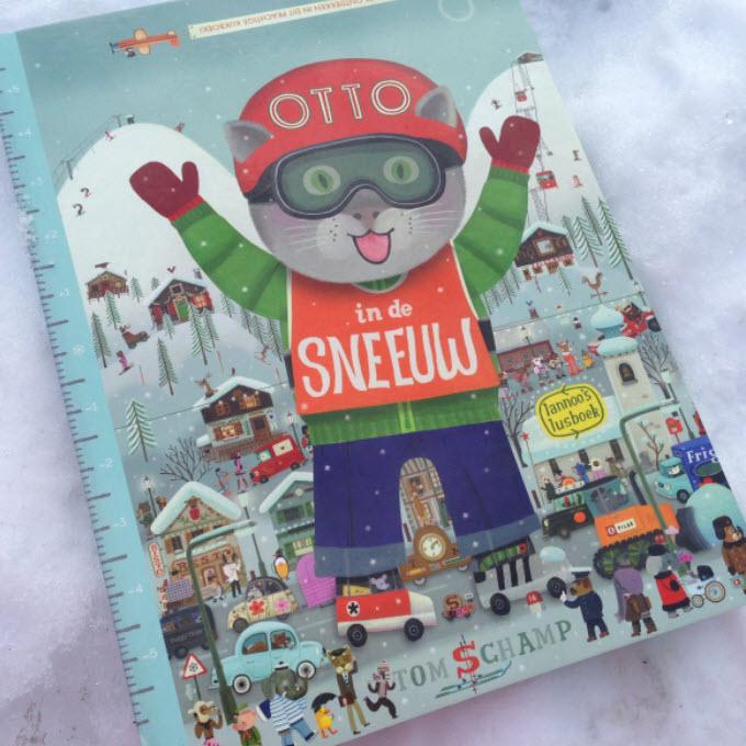 Otto in de sneeuw op wintersport met kleine kinderen de Berghut.com Oostenrijk met kinderopvang