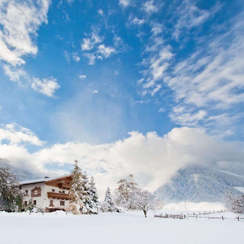 trouwen in een berghut in de sneeuw winterweeding Oostenrijk
