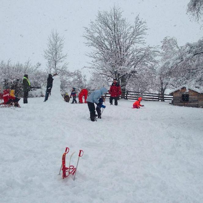 sneeuwpret maart in de Berghut wintersport met kleine kinderen vierkant