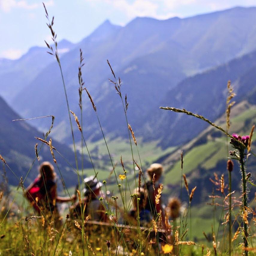 zomer in de Berghut.com actieve vakantie met kinderen in Oostenrijk kleinschalige accomodatie dameswandeling