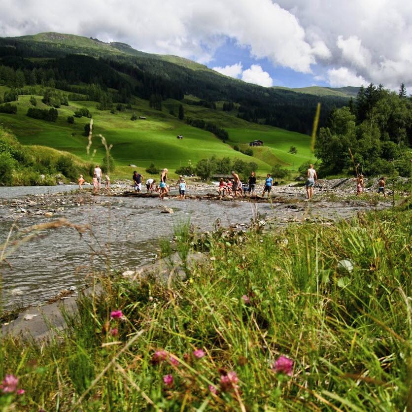 zomer in de Berghut.com actieve vakantie met kinderen in Oostenrijk kleinschalige accomodatie dammen bouwen