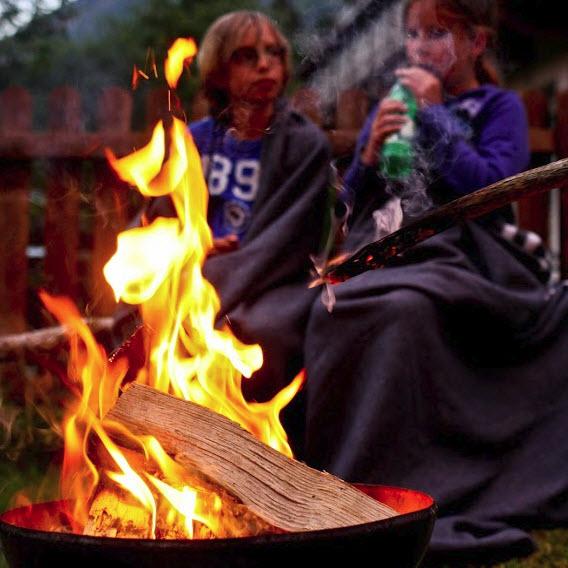 zomer in de Berghut.com actieve vakantie met kinderen in Oostenrijk kleinschalige accomodatie kampvuur 2