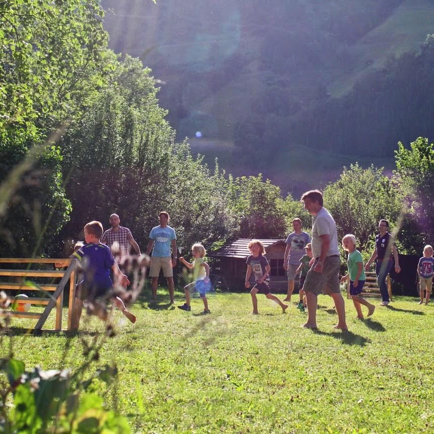 zomer in de Berghut.com actieve vakantie met kinderen in Oostenrijk kleinschalige accomodatie voetbal