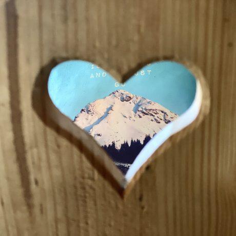 Appartementen de Berghut kindvriendelijk berg kussen GipfelGlück Rauris Oostenrijk chaletstijl berghutsfeer alpenstijl hartjesstoel